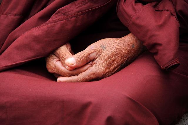高齢の人の手